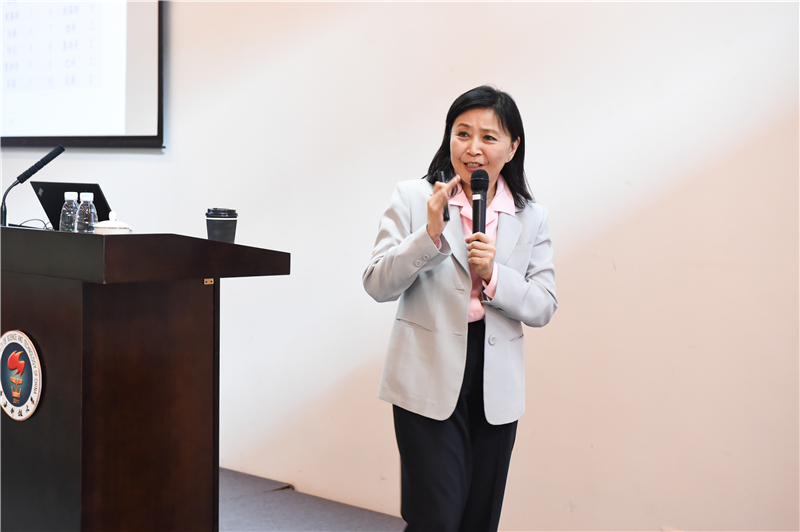 Financial expert Prof. Christina Liu interprets opportunities and challenges under new trend in 2016