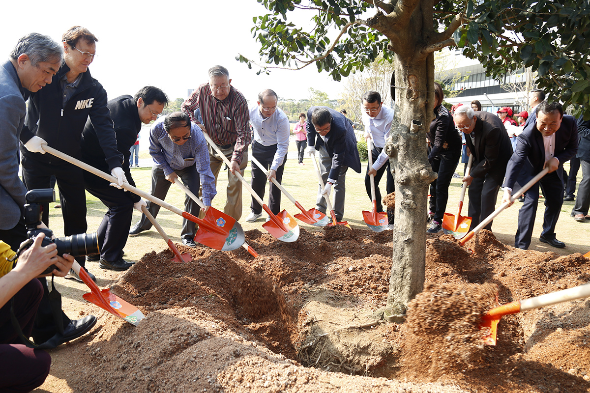 SUSTech Academicians plant trees in city park during National Tree-planting Day event