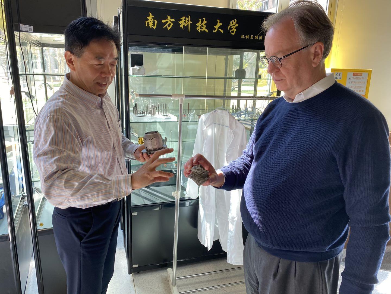 Tom拜会工学院副院长张璧老师,参观增材制造实验室,观看3D打印的钛合金零件。.jpg